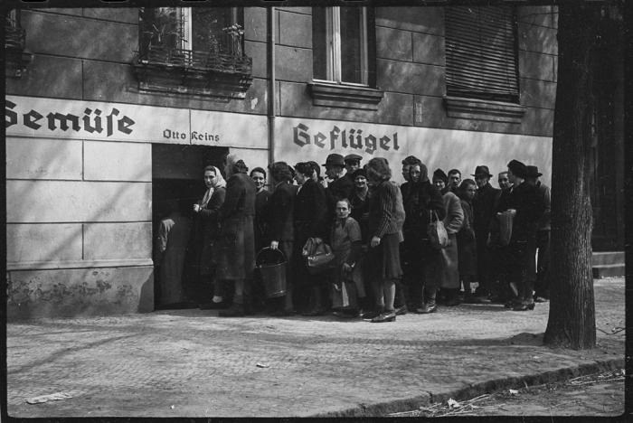Продажа домашней птицы в центре города. Германия, Берлин, 30 апреля, 1945 год.