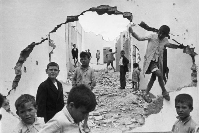 Дети, гуляющие среди развалин. Испания, Севилья, 1944 год.