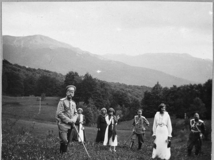 Николай II с дочерьми во время похода в Крыму.