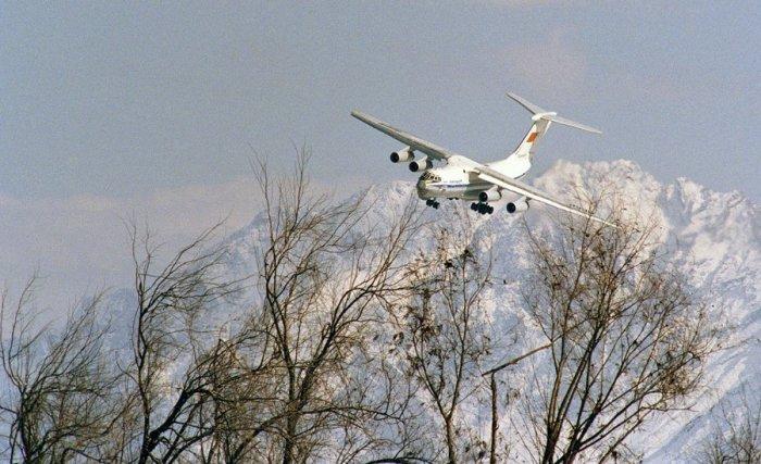 Советский самолет заходит на посадку в аэропорту Кабула, 8 февраля 1989 года.