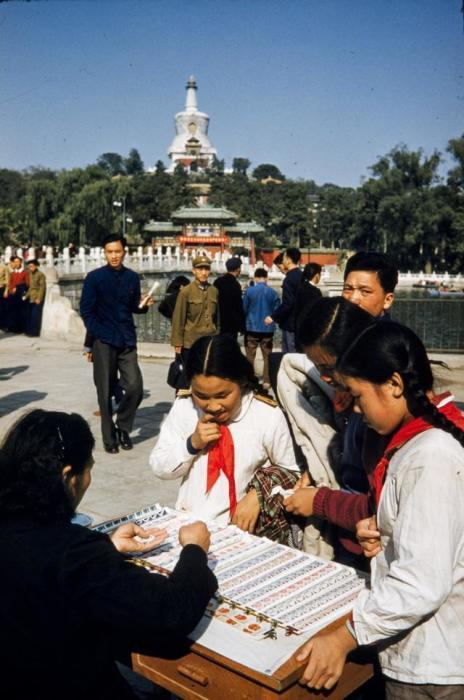 Китайские пионеры в парке Beihai в центре Пекина.