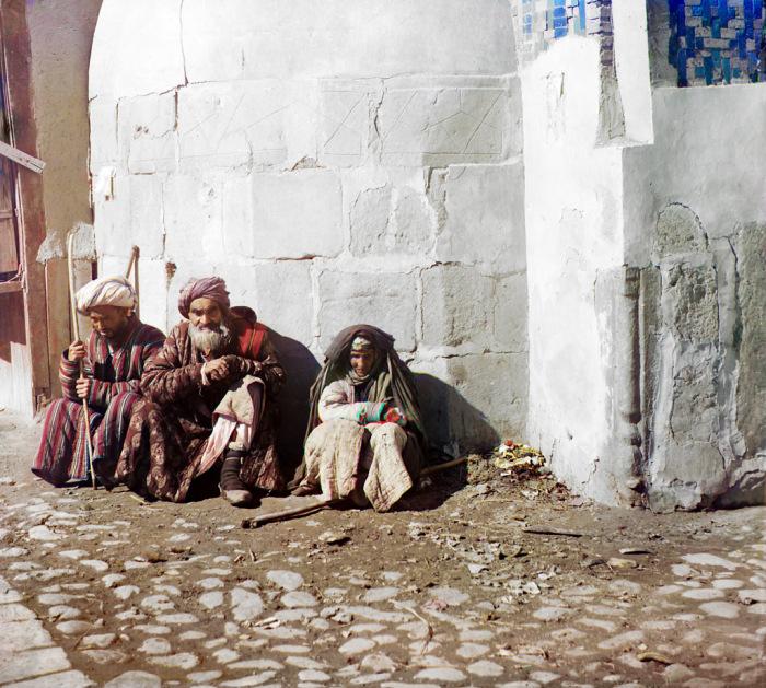 Категория людей, находящихся за крайней чертой бедности и вынужденных жить за счёт подаяний и благотворительности. Самарканд, начало 20 века.