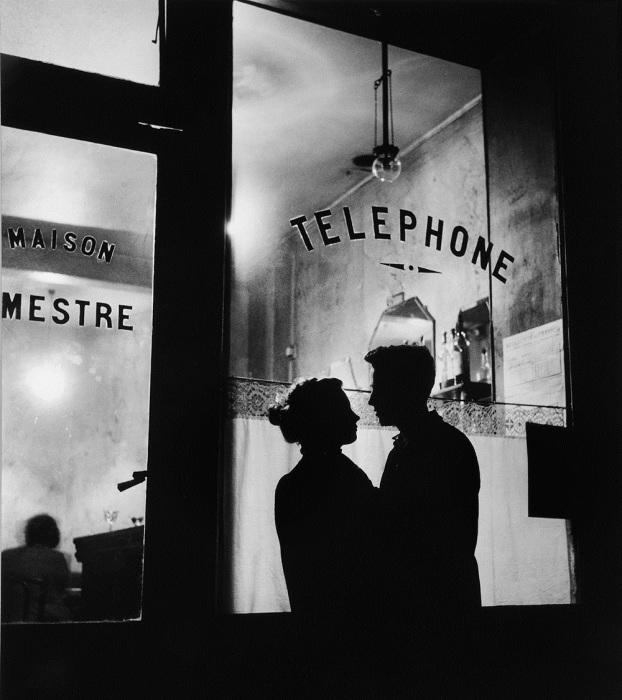 Влюблённая пара на вечерней прогулке в самом романтичном городе в мире.