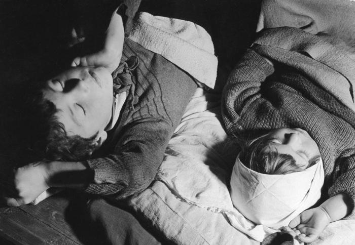 Спящие дети в одном из Московских бомбоубежищ. СССР, 1941 год.