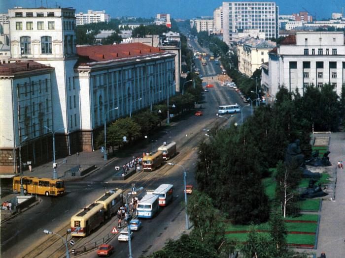 На общем плане с площадью Якуба Коласа особенно хорошо видно соотношение между общественным и легковым автомобильным транспортом в Минске.