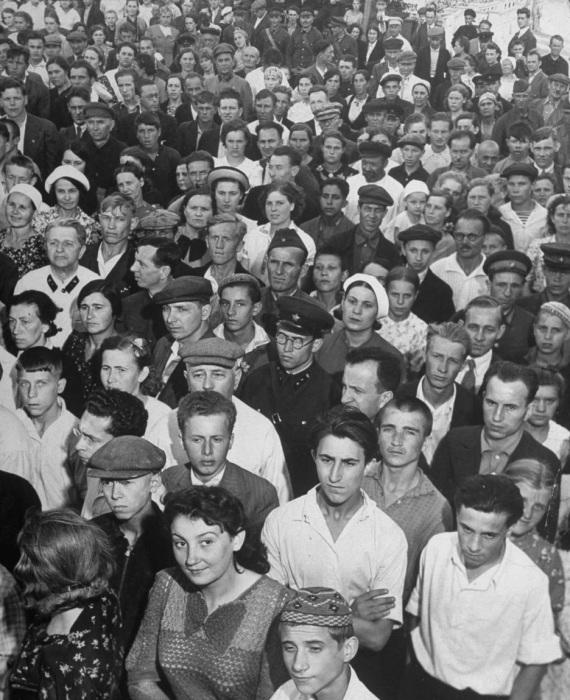 Толпы людей, слушающих последние военные сводки в центральном парке культуры и отдыха имени Горького.