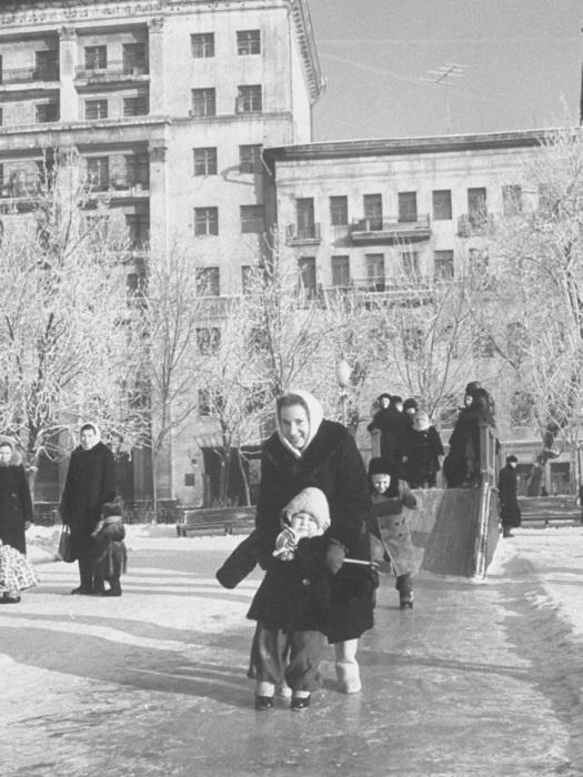 Катание на льду в московском дворе на Патриарших.