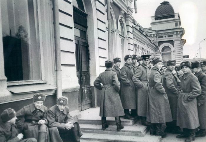 Военные возле военкомата. СССР, Иркутск, 1983 год.