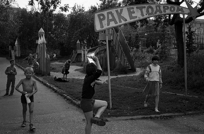 Детвора в парке Черное озеро, 1991 год. Автор фотографии: Evgeny Kanaev.