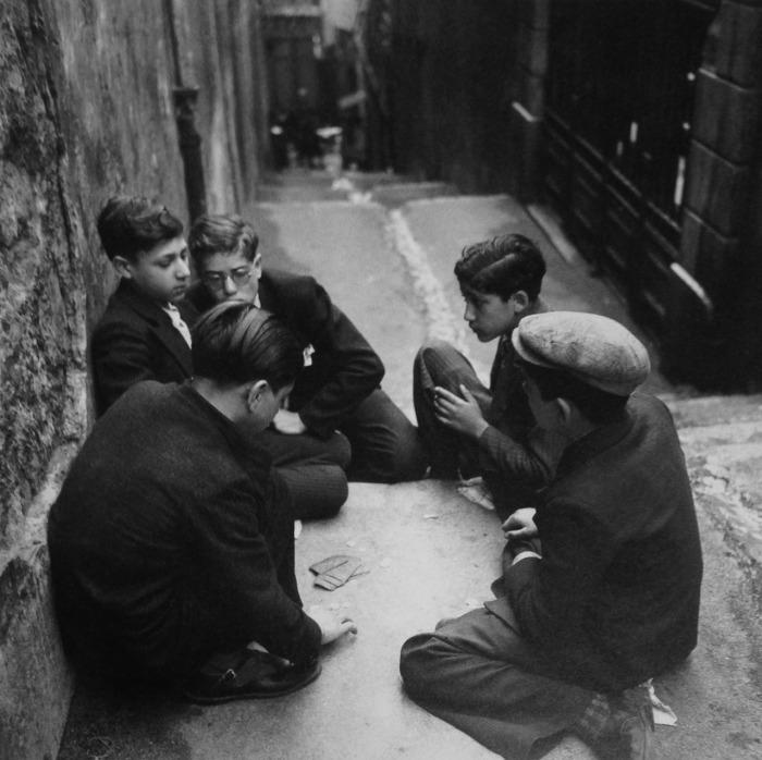 Дети играют в карты. Франция, Марсель, 1938 год.