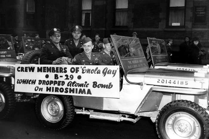 Члены экипажа бомбардировщика B-29 Enola Gay во время военного парада в Нью-Йорке 2 апреля 1946 года.