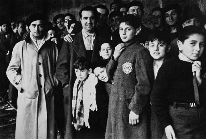 Евреи, депортированные в транзитный лагерь Дранси под Парижем. Франция, 1942 год.