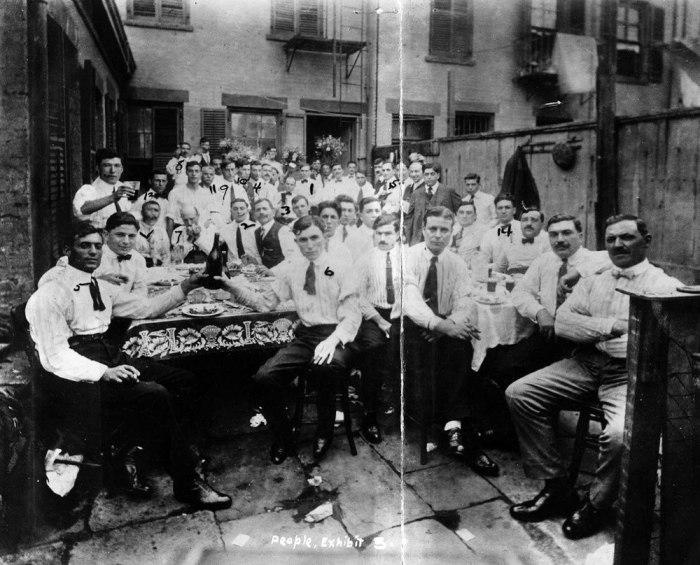 Гангстеры празднуют убийство вожака враждующей с ними банды. Нью-Йорк, 1916 год.