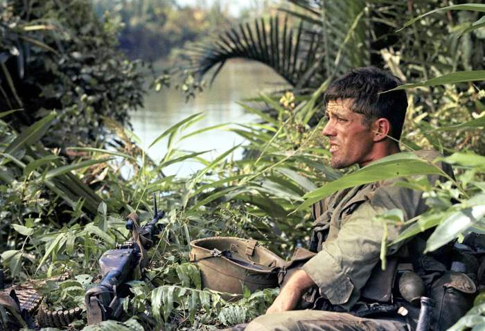 Отдыхающий Рик Холмс, воюющий в секторе C в составе 2-го батальона 503-го стрелкового полка 173-й воздушно-десантной бригады, 3 января 1966 года.