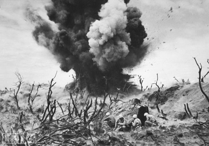 Американские морские пехотинцы во время битвы за Иводзиму весной 1945 года.