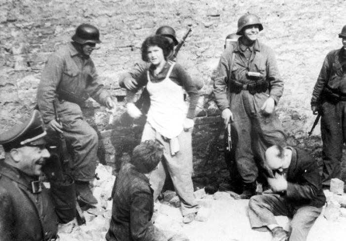 В ходе карательных операций местных жителей ловили, избивали, подвергали пыткам и издевательствам, а потом расстреливали. СССР, Украина, 1942 год.