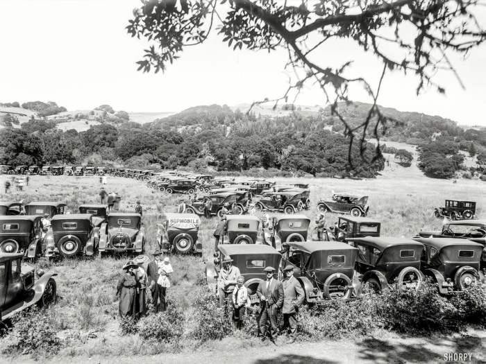 Большое собрание автомобилей в 1923 году.