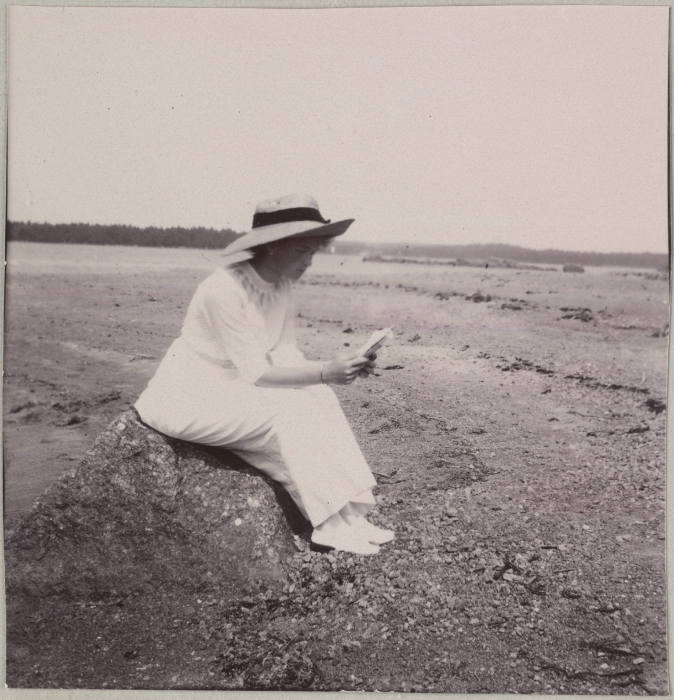 Великая Княжна Ольга Николаевна, читающая на берегу залива.