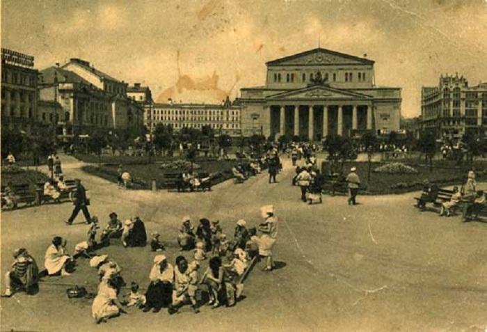 Песочница перед Большим театром в 1930 году.