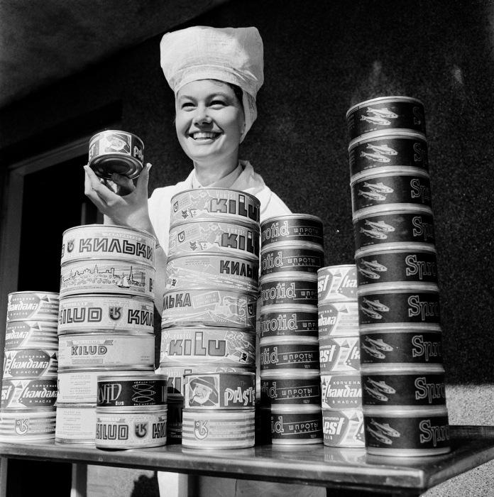 Девушка торгует консервами на рынке. СССР, Эстония, 1960-е годы.