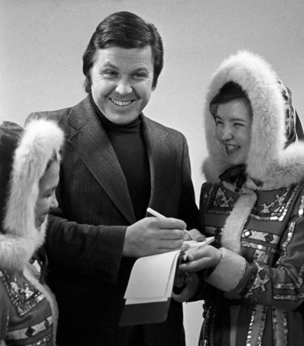 Певец Лев Лещенко даёт автограф участницам ненецкого национального ансамбля танца Сыра-Сэв, 9 ноября 1978 года.