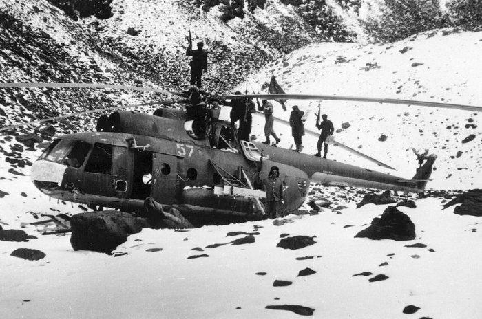Афганские партизаны на вершине сбитого советского вертолета Ми-8, 12 января 1981 года.