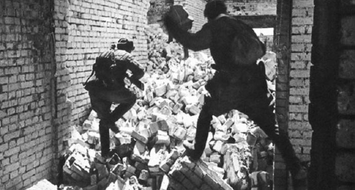 Красноармейцы ведут бой среди разрушенных зданий Сталинграда.