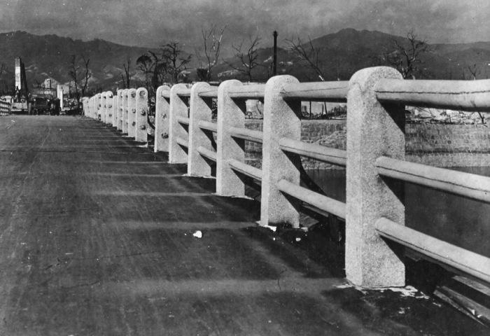 Вид на мост через реку Ота в разрушенном городе Хиросима в 1945 году.
