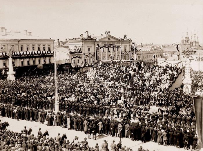 Депутаты азиатских народов проходят по Страстной площади в день торжественного въезда императора Николая II и императрицы Александры Федоровны в Москву.