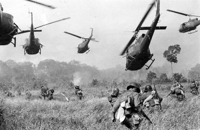 Вертолеты армии США содействую атаке южновьетнамских войск во время их нападения на лагерь сил Северного Вьетнама в 25 километрах от камбоджийской границы в марте 1965 года.