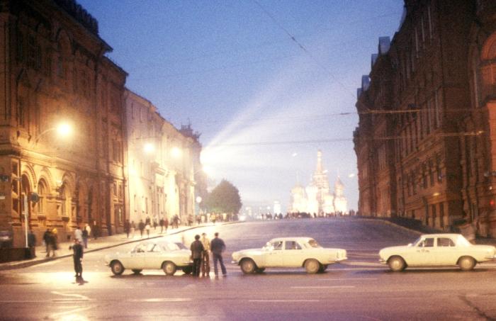 Таксисты, стоящие неподалеку от Красной площади. СССР, Москва, 1977 год.