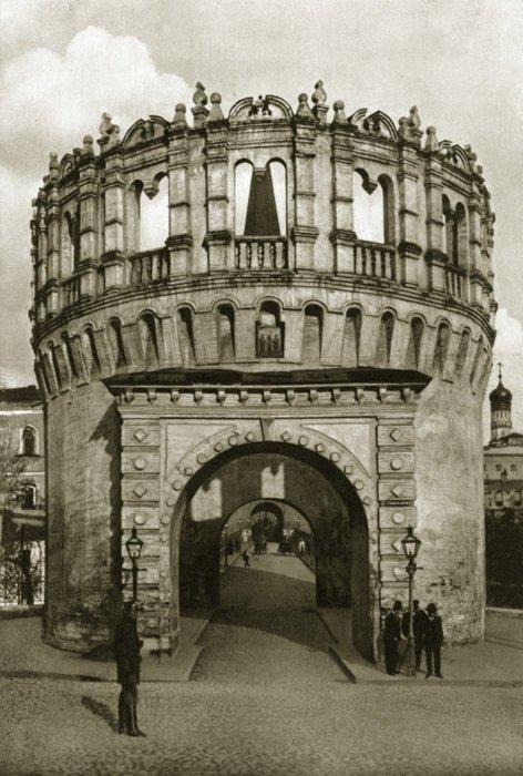 Единственная сохранившаяся отводная башня-стрельница.