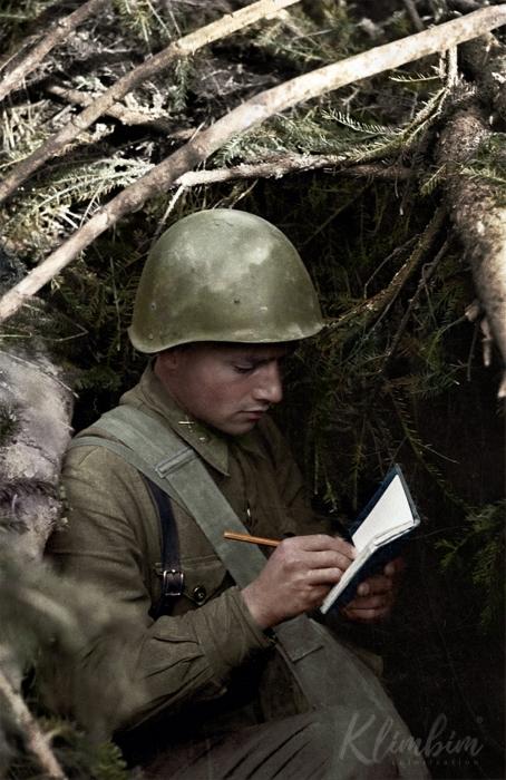 Младший лейтенант С. Е. Каждан в боях под Ржевом уничтожил 25 немцев и 4 пулемётных точки. Снято 3 ноября 1942 года. Фото: А. С. Гаранин.