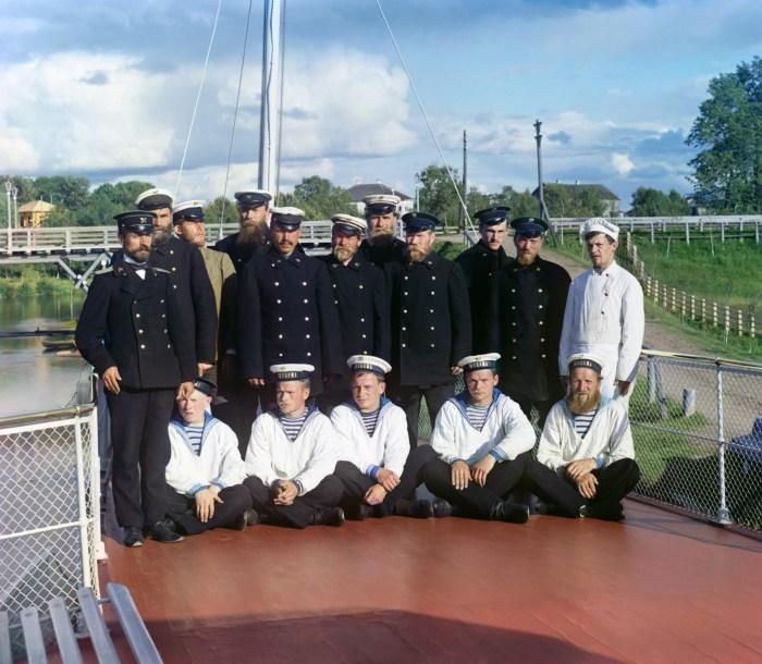 Группа участников строительства железной дороги с моряками на пристани в Кем-Пристане. Россия, 1916 год.