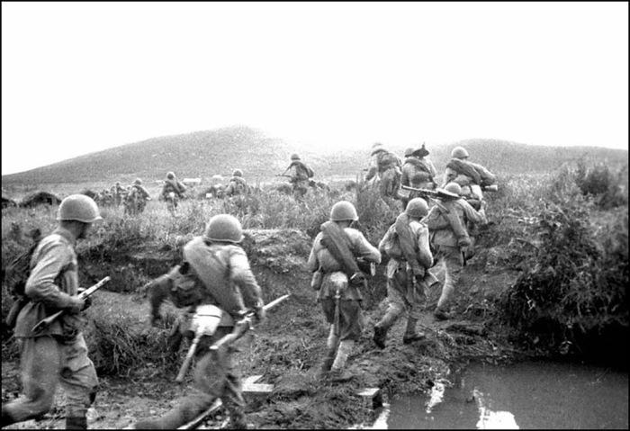 Бойцы части майора Никитина занимают новый рубеж. Дальний Восток, 8 сентября 1945 года.