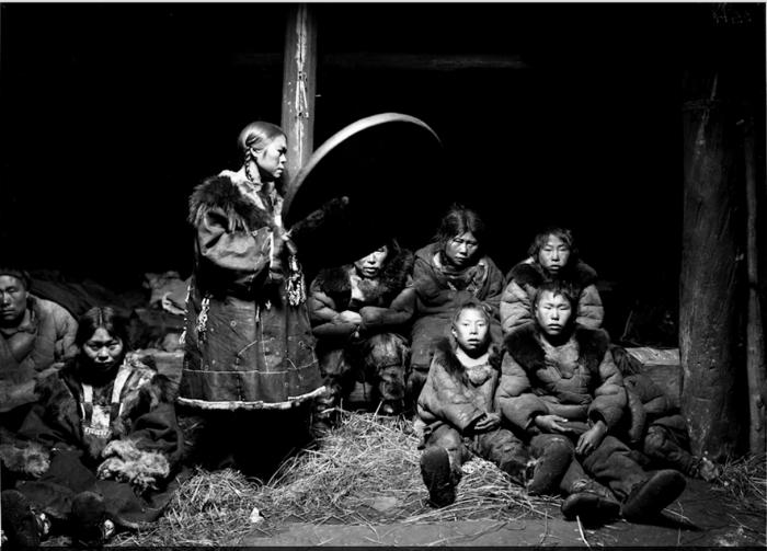 Корякская шаманка с бубном. Камчатский край, начало 20 века.