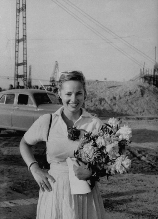 Женщина с цветами приветствует югославского лидера.
