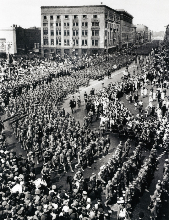 Колонна немецких военнопленных проходит по Москве. 17 июля 1944 год.