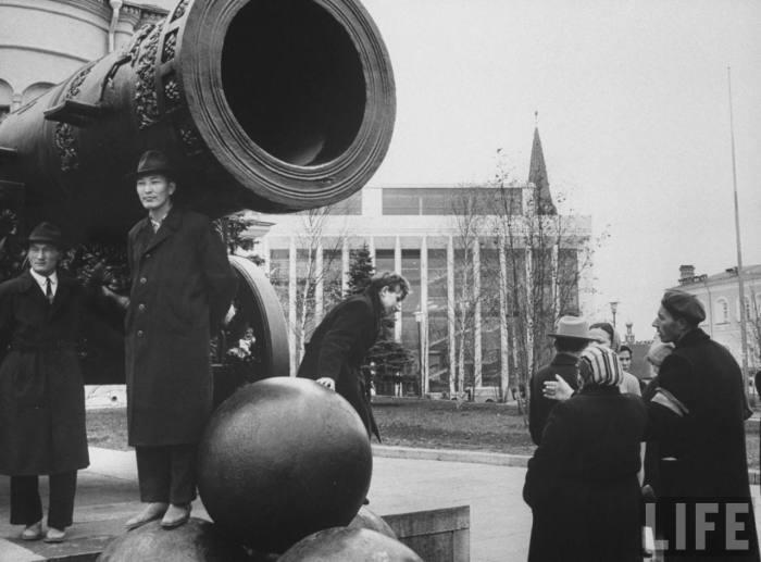 Японская делегация возле Царь-Пушки в Кремле. СССР, Москва, 1961 год.