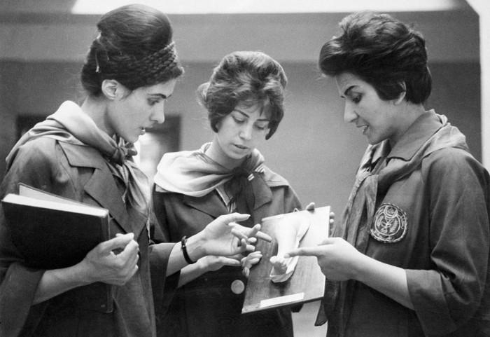 Две афганские студентки медицинского факультета, слушают своего преподавателя. 1962 год.