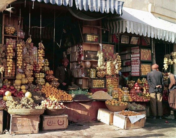 Продажа фруктов и орехов на рынке в Кабуле, ноябрь 1961 года.