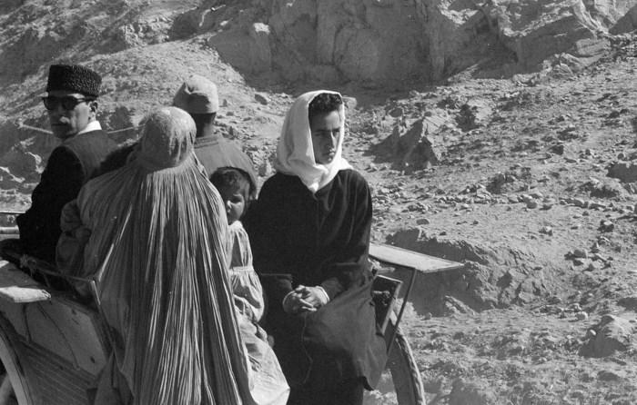 Афганцы едут в телеге через засушливый скалистый район Афганистана, ноябрь 1959 год.