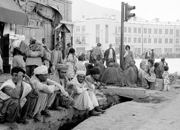 Местные жители возле светофора. Афганистан, Кабул, 25 мая 1964 год.