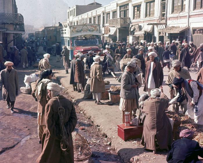 Оживленная улица в Кабуле. Афганистан, ноябрь 1961 года.