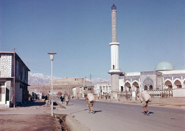 Вид на новую мечеть, построенную в пригороде Кабула в ноябре 1961 года.