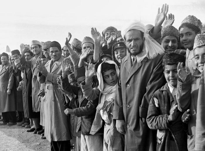 Местные жители выстроились в линию вдоль маршрута президента США Дуайта Эйзенхауэра в Кабуле. Афганистан, 9 декабря 1959 года.
