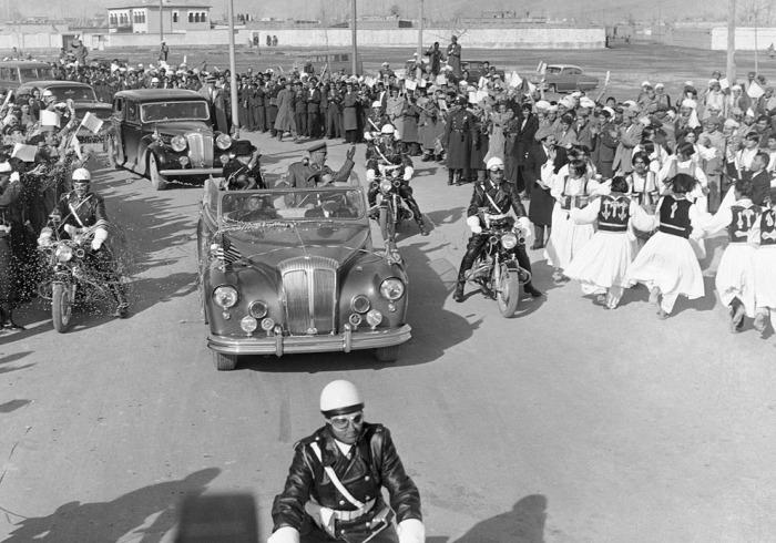 Танцоры выступают на улице во время прибытия президента Эйзенхауэра. Афганистан, 9 декабря 1959 года.