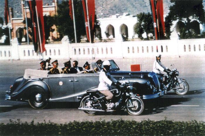 Король Афганистана Мохаммад Захир-шах едет на своем лимузине по центральной дороге в Кабуле в 1968 году.