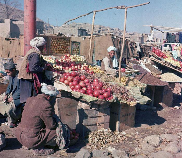 Продажа фруктов и орехов на открытом рынке в Кабуле, ноябрь 1961 год.