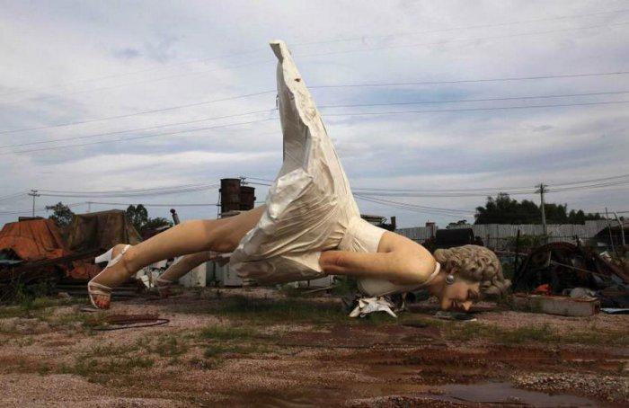 Гигантская статуя Мерилин Монро выкинутая на одной из китайских свалок.